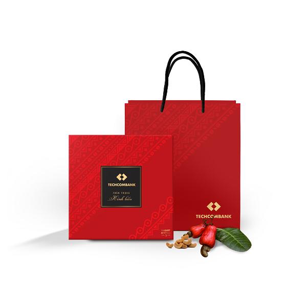 Quà tặng khách hàng được đặt trong những hộp/túi xách sang trọng, kèm theo đó là nhãn dán của thương hiệu tặng