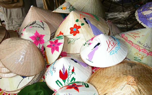 Nón lá là một trong những quà tặng đậm chất Việt Nam nhất